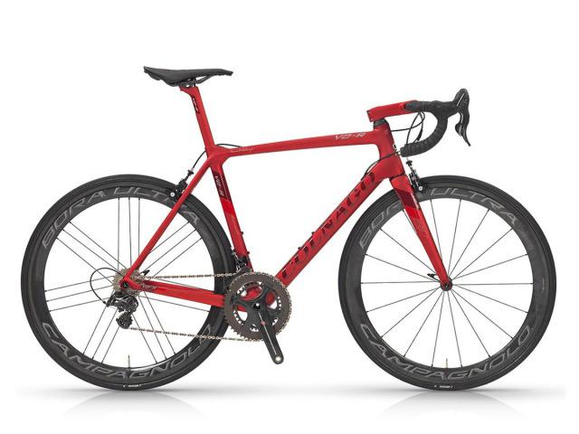 Colnago má reputáciu ako jeden z najúspešnejších výrobcov cestných bicyklov na svete, čo je v skutočnosti dôsledkom komplexného prístupu tejto talianskej značky ku každému detailu. Colnago V2-R je aktuálne technicky najpokrokovejší model, ktorý aktuálne opúšťa túto talianskú továreň  v Cambiago.  Tento cestný skvost vyniká  absolútnou rýchlosťou a silou, ktorá je vyšperkovaná k dokonalosti preto, aby bol úspešný nielen v konkurencii, ale aj v boji proti súperom na ceste. Rámová sada, vyrobená z tuhých monokok uhlíkových vlákien, má hmotnosť 835 gramov. V2-R je   korunovaný najvyššou radou Campagnolo Super Record EPS a sadou kolies Fulcrum Racing Quattro Carbon. To sú tie hlavné dôvody, prečo je jazda na novom Colnago, viac komfortná a štýlovejšia, než kedykoľvek predtým.