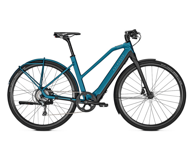 """Kalkoff je prémiový výrobca City/Urban bicyklov a elektrobicyklov s vyše 20 ročnou históriou na trhu.  Vývoj a kompletizácia svojich modelov prebieha v Nemecku, čoho výsledkom je kvalitný a spoľahlivý bicykel, ktorý si zákazníci volia častorkát už na celý život..  Novinka budúcej sezóny, model  Berleen 5.G 2019  je najľahším elektrobicyklom od Kalkhoffu, postaveným na ich vlastnom hliníkovom ráme s plne integrovanou vyberateľnou batériou a motorizáciou MaxDrive. Je osadený na cestnej rade  Shimano Tiagra R4700, ktorá bicyklu umožňuje hravo dosahovať vysokých rýchlostí jazdou vrámci mesta, či poľných ciest.  28"""" Tubeless ready kolesá Concept EX 570, rýchle plášte Continental Contact Speed a spoľahlivé hydraulické brzdy Shimano sú nadštandardom oproti konkurenčným modelom. Veľký dôraz kladie Kalkhoff aj na komfortné doplnky ►sedadlo od Selle Royal, madlá Ergon GA20, či luxusné osvetlenie  Herrmans H-Black LED. Vysoká konštrukčná nosnosť a skvelý pomer výbavy voči cene!"""