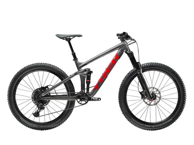 """Rada Remedy patrí medzi skvelé kompaktné trailové bicykle vhodné do každého terénu, ktoré jemne a citlivo reagujú na každý pohyb jazdca. Ich pevná, silná a zároveň nie príliš robustná stavba ja charakteristická svojou stabilitou a výbušnou trakciou pri rozbehu, či  jazde do kopca.  Po niekoľkoročnom vývoji je rada Remedy predstaviteľom platformy 27,5"""" kolies, ktorú dopĺňa svojimi technickými vymoženosťami. Tento dokonalý stroj posúva svojim výkonom celkový pocit z jazdy na ďalší zážitkový level.  Trek Remedy 7 je vstupnou bránou do segmentu trail/enduro. Tento cenovo dostupný model je atraktívny nielen svojou výbavou ale hlavne dobrým pomerom použitých komponentov voči cene. Preto je model Remedy 7 najpredávanejším modelom tohto segmentu. Do novej sezóny 2019 Trek opäť o čosi vylepšil rám a jeho súčasti pruženia."""